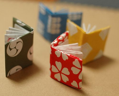 DIY MINI-BOOKS. ORIGAMI paper miniature books © MAI RURU (Origami Artist. Yokohama, JAPAN). So cute. Makes ya want to try your hand at it :-)