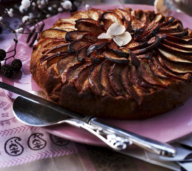 En æblekage med nødder er altid et smagshit, og denne variant med ricotta er ekstra luftig. Få den nemme opskrift på æblekage lige her.