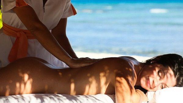 Du khách có thể chọn lựa dịch vụ masage toàn thân ngay bên bờ biển đầy gió. Thời gian duy nhất du khách phải mặc quần áo là khi họ chơi tennis hoặc đến thăm khu nghỉ dướng El Dorado bên cạnh.