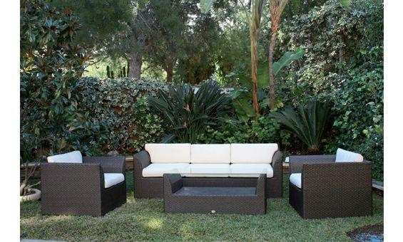 Shiito presenta este fabuloso conjunto para descanso en su jardín o terraza de Majestic Garden compuesto por una mesa baja rectangular con cristal, un sofá tres plazas, y dos cómodos sillones fabricados en ratán sintético de color marrón. El sofá y los sillones incorporan confortables cojines en color beige.
