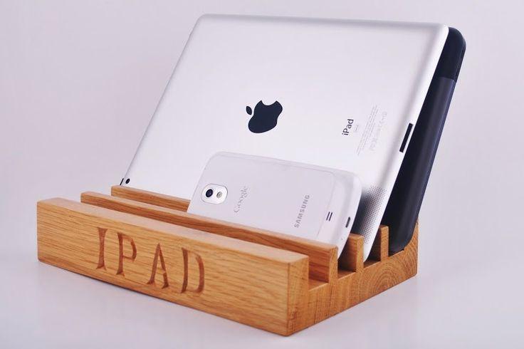 Asztali iPad tartó és rendező. Egész tölgyfából faragva, ragasztás nélkül, gyönyörű, kézzel faragott felirattal.    Újszerű, kreatív ajándék bárkinek, aki szereti, ha mindennek megvan a helye.  Mutatós asztalon vagy akár a konyha dísze is lehet.    iPad nélkül is használható, telefon, tablet, dokumentumok vagylevelek rendezésére is alkalmas.    Kérhető felirat nélkül, iPad felirattal, vagy bármilyen felirattal, amit a Kosárba gomb megnyomása előtt kell megadni a szöveges mezőben.  …