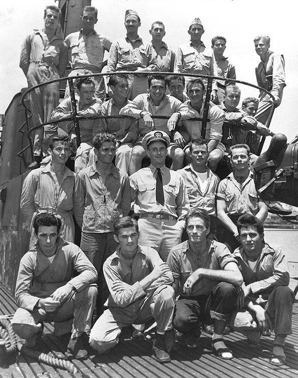 Lieutenant Commander Richard O'Kane posing with 22 airmen rescued by submarine USS Tang near Truk, Caroline Islands between 29 Apr and 1 May 1944; photo taken at Pearl Harbor in May 1944. (US National Archives)