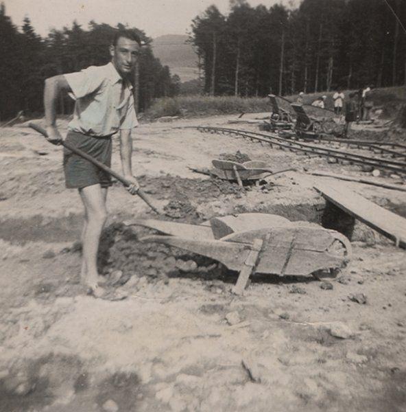 Demütigung im Alltag:  Max Mannheimer bei Straßenbauarbeiten. Nachdem die Familie Anfang 1939 ihre Heimat verlassen hatte, um in den damals noch unbesetzten Teil Mährens zu fliehen, nahm Mannheimer eine Stelle im Straßenbau an. Max hatte zwar eine kaufmännische Ausbildung genossen - doch durften Juden damals nur noch manuelle Arbeiten ausführen.