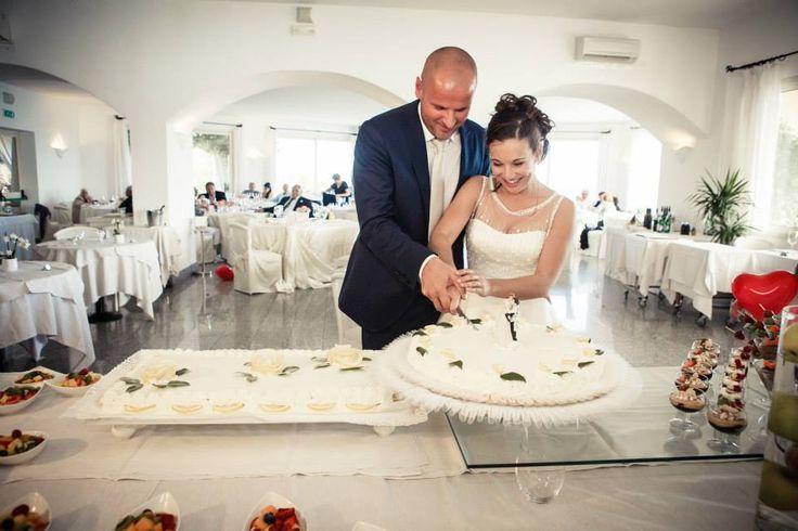 Sposarsi in Sardegna, il taglio della torta - Ricevimento all'Hotel Gabbiano Azzurro, Golfo Aranci