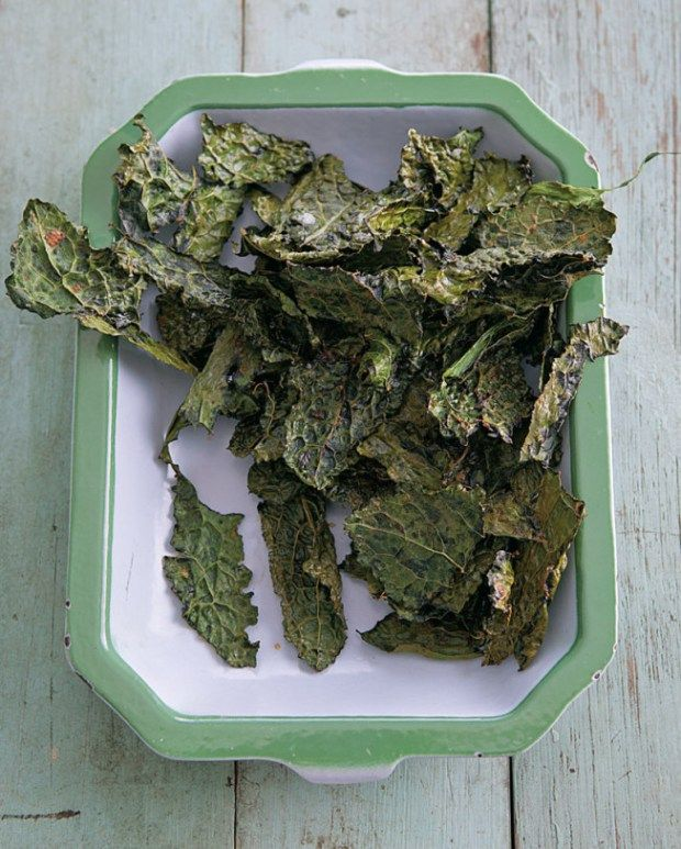 Kale Chips with Sea Salt & Smoked Paprika 1 bunch (1/2 lb./250 g.) curly or dinosaur kale 2 Tbs. olive oil 1/4 tsp. smoked paprika 1/2 tsp. coarse sea salt