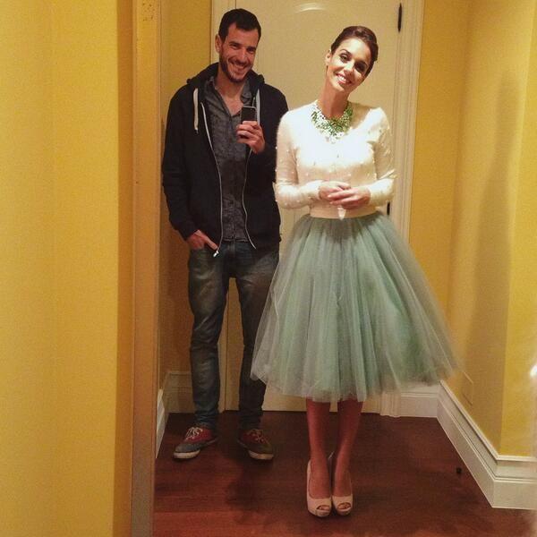 falda de tul verde de Bgomeworld, cardigan blanco de French Connection y collar verde de Teria Yabar
