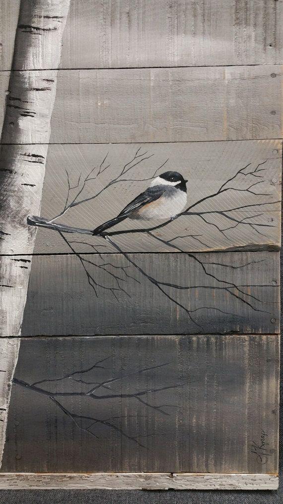 La peinture de bouleau blanc Art murale palette, bois récupéré en détresse, à la main, peint à la main, décor, mésange, oiseau, de mur rustique & Shabby Chic  Les dimensions sont environ 40 de haut et 30 de large  Il sagit dune photo de la peinture originale sur bois de palettes récupérées. Cette pièce unique, grande est en bois de palettes récupérées, peints dun gris moyen et un peu âgée. À laide de peintures acryliques, je peints à la main les troncs de bouleau et une mésange. Le haut et…