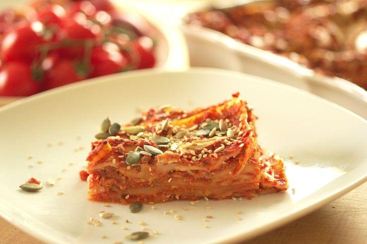 Une recette de lasagnes véganes savoureuses au four en 15 minutes :)  Dans un saladier mettre 1 oignon émincé, 2 gousses d'ail pressées,1 bouteilles de purée/coulis de tomates (670 g), 400g de tomates en dés, Sel / Poivre, Harissa, Herbes de Provence, Cumin, 1cs de sirop de sucre, 200g de tofu rosso (tofu parfumé avec huile de colza, olive, bouillon légume, noix muscade, paprika, basilic, thym, origan, romarin, sariette, estragon), 1 conserve moyenne de lentilles  Dans le plat à gratin…