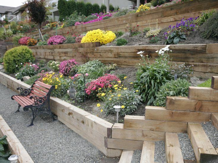 bonito jardín con gradas de madera