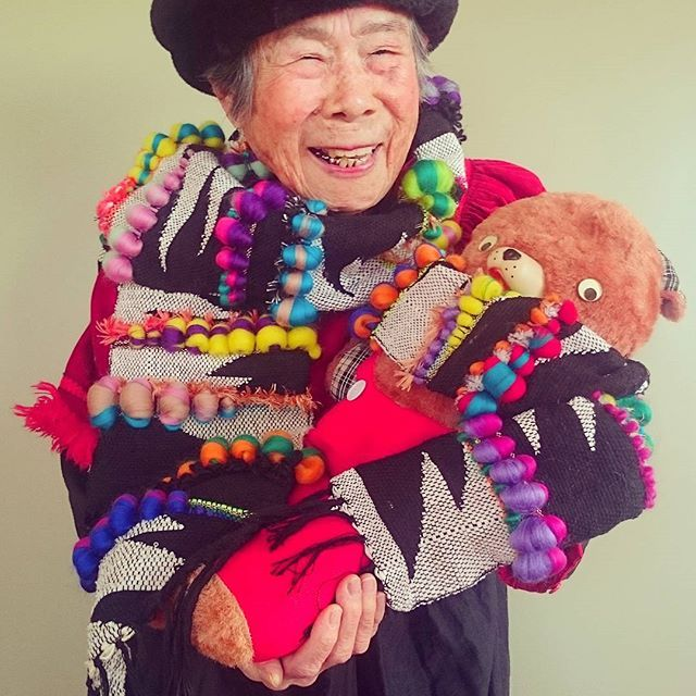 #1000weave#tgcemk#grandma#93yearsold#weaving#happy#yarn#handmade#knit#wool#model#beer#lovely#flowers#fashion#kaumo#smile#family#祖母#おばあちゃん#93歳#織物 #くま#クマ#糸#キッズ#ニット#ファッション#親子