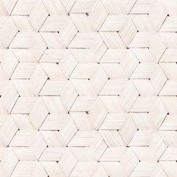 Een wit behang met een opwindende structuur. Het vlechten van berkenbast is een oude traditie in vele culturen en het patroon is veelzijdig en levendig. In deze blonde houtsoort kan je sterpatronen, ruiten en zeshoeken vinden. Een fotografisch behang waarvan het oorspronkelijke uiterlijk verticaal en horizontaal is verlengd en herhaald. Versier je ruimte met de kleuren van de natuur of knisperend wit met veel weelderig groen en ontspanning zal materialiseren.