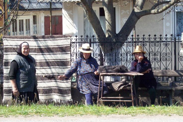 """""""Zdjęcie nawiązuje do twórczości Andrzeja Stasiuka i zostało wykonane w Rumunii (Transylwania, Sapinca).  """"...Moja babka siadała na skraju łóżka i snuła opowieści. Robiła to bezinteresownie, bez żadnego określonego celu. Zwyczajność niezwyczajnych zdarzeń przydawała im wiarygodności... (...)"""" (Z opowiadania """"Babka i duchy"""", książka """"Grochów"""")""""  Fot. Lilia Kucharska"""