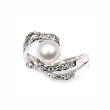 Ένα ιδιαίτερο δαχτυλίδι σε λευκόχρυσο Κ18 με διαμάντια στις καμπυλωτές πλευρές και κεντρικό λευκό μαργαριτάρι acoya. Αποστολή εντός 24 ωρών #μαργαριταρι #διαμάντια #λευκοχρυσο #δαχτυλίδι