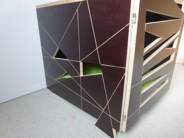 Honden bench van betonplex. Gemakkelijk schoon te houden. Het deurtje is afsluitbaar en kan er tevens uit worden gehaald. Te bestellen via www.kastenontwerp.nl