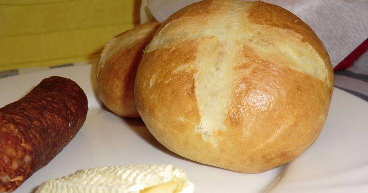 Mennyei Bajor zsemle recept! Egyszerű, finom zsemle, melyet kenyérlisztből is készíthetünk, de tökéletes hozzá a sima fehér liszt is. Én most sima lisztet használtam.