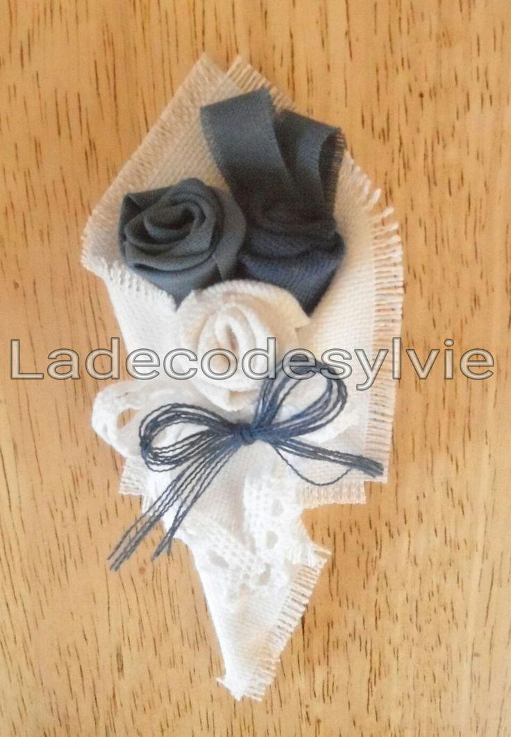 Boutonniere en tissu Blanc et bleu http://Ladecodesylvie.fr #mariage #wedding #bleu #blanc #mariage #bouquet #mariée #fleurs #flowers