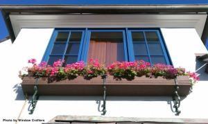 Exterior casa muito tradicional, com um bom conjunto de janelas de vidro com janelas guarnições azuis.  O exterior colorido ao longo de uma caixa de flor realmente fazer parecer que nós temos o sonho americano.  Janelas de vidro estão em toda parte, mas há uma abundância de diferentes tipos.  Veja todos eles clicando no pino.  por Elsa