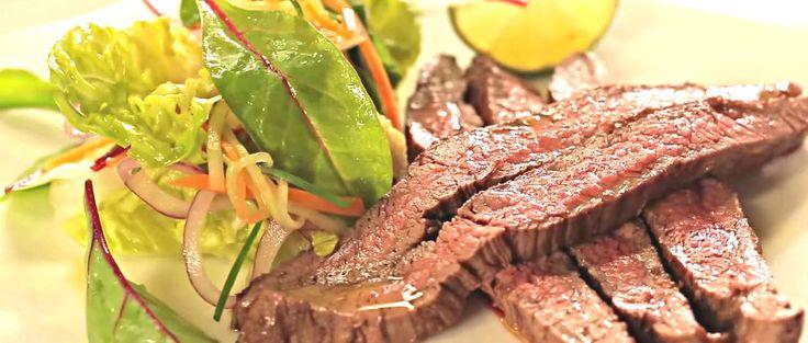 Pečený hovězí flank steak s míchaným salátem a limetkou