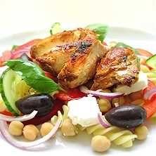 Grekisk pastasallad med kyckling - Recept - Tasteline.com