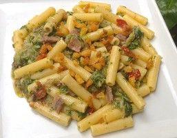 Pasta con l'indivia riccia e i pomodori secchi