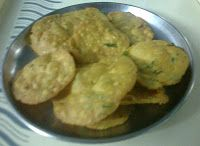 Gujarati Tikhi Puri Recipe in gujarati language by tasty gujarati food blog, the best snack to take with travelling, journey and good along with tea.