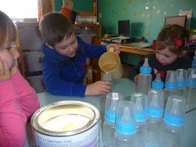 * Babymelk maken! Goed kijken hoeveel poeder en water erin het flesje moet!