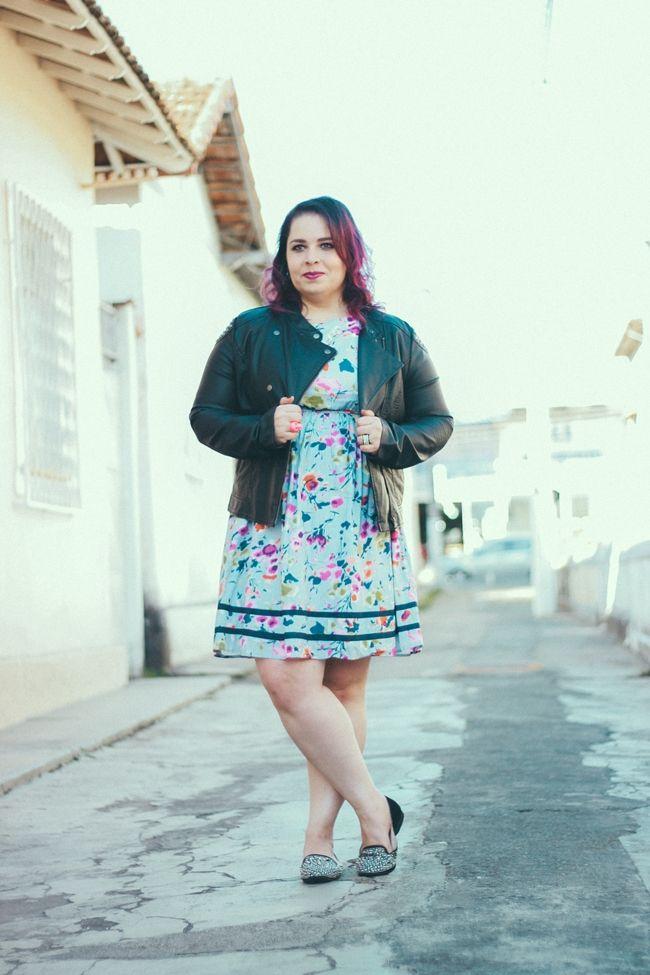 vestido plus size com jaqueta de couro