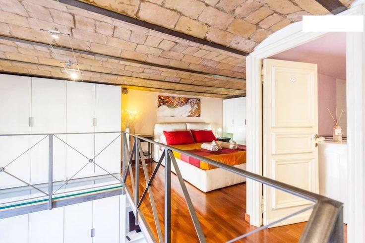 The bedroom, la camera da letto sul soppalco, la chambre dans la mezzanine