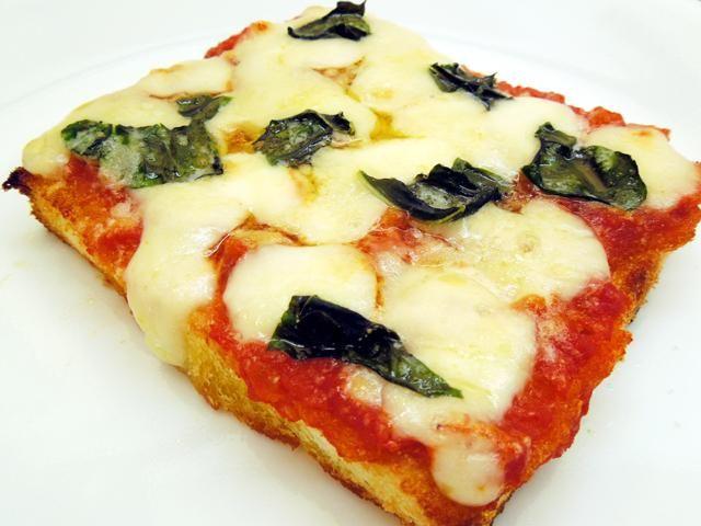 ピザ生地がなくても、マルゲリータ風。朝食や軽食にも。ニンニクをこすりつけて香りを移す事で風味がアップします。