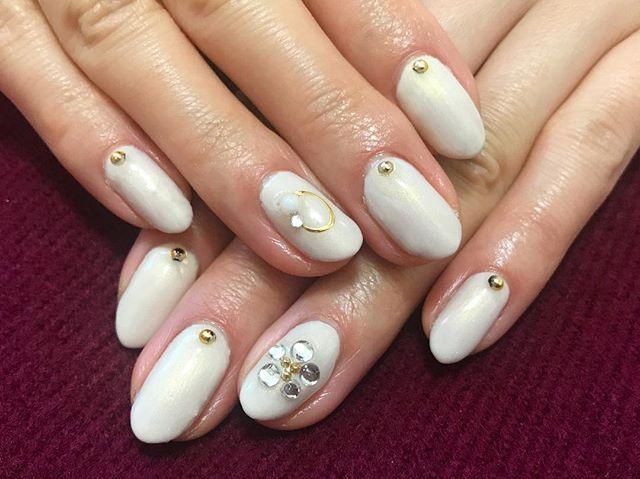 #nail #nails #nailstagram #nailart #naildesign #gelnail #selfnail #winternails #whitenails #セルフネイル #ネイルデザイン #シンプルネイル #フラワーネイル #白ネイル #冬ネイル