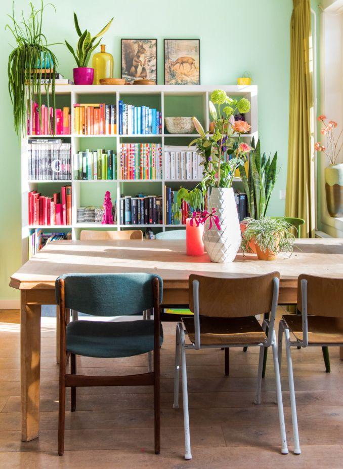Kleur retro vintage groen green wall livingroom boekenkast