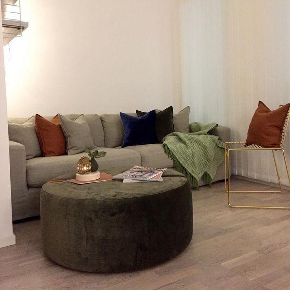 Beige Valen loose linne edition soffa. Dun, avtagbar klädsel, grön Baggen pall i sammet, fotpall, puff, rund, skinn, möbler, inredning, vardagsrum.