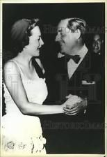 1989 Press Photo Greek Stavros Niarchos dances with actress Olivia de Haviland