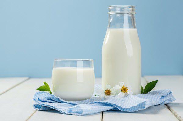 وصفات طبيعية للعناية بالبشرة باللبن لترطيبها وتغذيتها وعلاج حب الشباب اليوم السابع يحتوى الحليب على العديد من العناص In 2020 Scene Hair Twist Braids Glass Of Milk