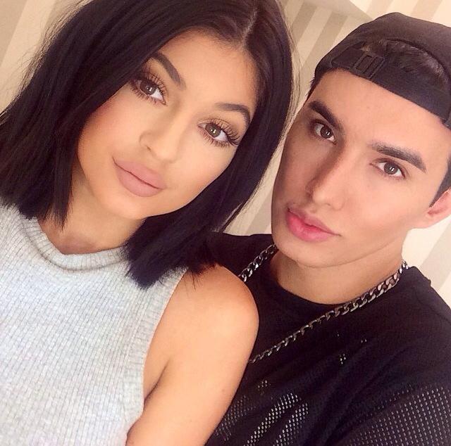 A grande febre do momento é o tom dos lábios da Kylie Jenner, a caçula do clã Kardashian, certo? Pois o mistério acabou! O maquiador Lou Flores do duo de makeup artista @lvglamduo divulgou nessa semana esse look com a bela usando o Soft Matte Lip Cream Cairo.