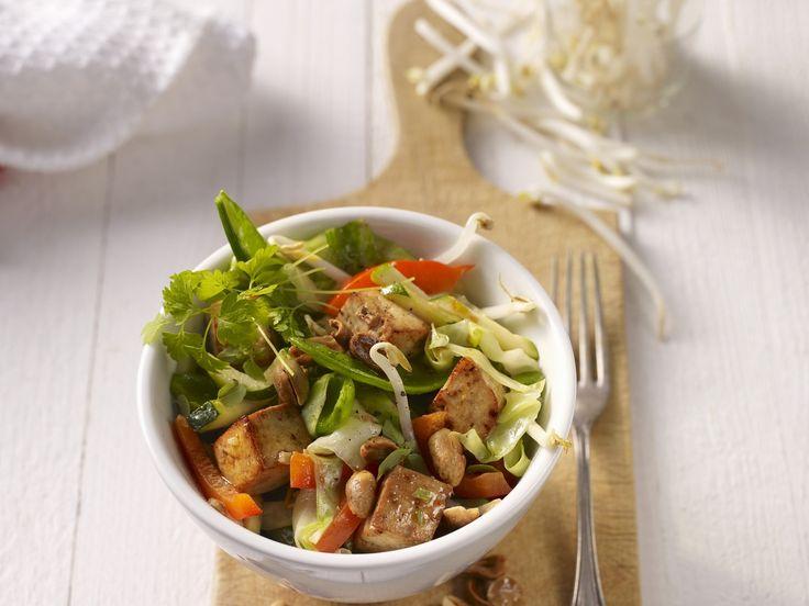 Gebratener Tofu mit gemischtem Gemüse - schmeckt auch ohne Reis und Nudeln und ist damit ein super Low Carb Gericht für abends. Kalorien: 350 Kcal - Zeit: 45 Min. | http://eatsmarter.de/rezepte/gebratener-tofu-mit-gemischtem-gemuese