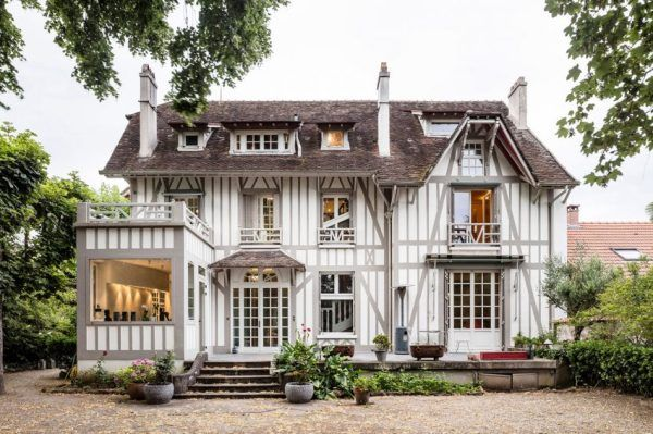 Voilà un projet original! Il s'agit d'une maison à colombage rénovée par les architectes de l'agence espanole 05AM Arquitectura. La maison se situe près de Paris à saint Maur Des Fossés. On y découvre de magnifiques espaces, décorés avec goût et harmonie. Autour de la stru