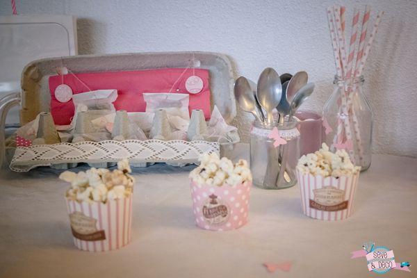 Des tas de DIY pour organiser un anniversaire de petite fille  : Petits papillons, cupcakes, redvelvet cake, thé customisés, pompons, pop-corn… voilà tout ce qu'il y a avait sur et autour de la table d'anniversaire de ma fille. #diy #anniversaire #girly #fille #pompons #pailles #déco #papillon #rose #birthday #redvelvetcake #cupcake #marshmallows