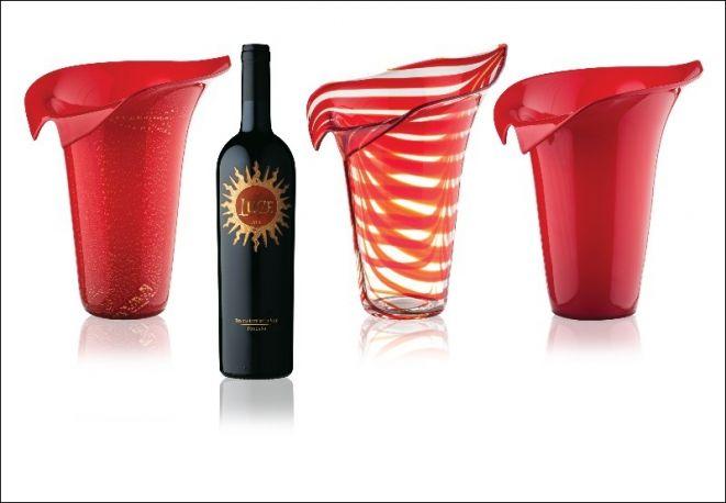 I Fiori di Luce di Venini. Il vaso Calla si declina in Vino, Terra e Foglia per celebrare la personalità il vino di Montalcino.