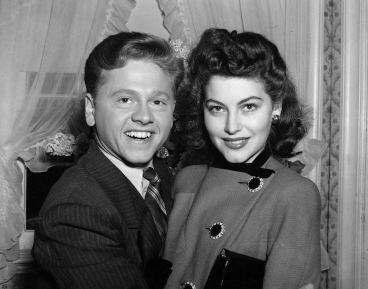 Foto d'archivio -Mickey Rooney e Ava Gardner L'attore e comico americano Mickey Rooney, allora 21enne, con Ava Gardner, a 19 anni, in una foto del 5 gennaio 1942 a Santa Barbara, California, poco dopo aver richiesto la licenza di matrimonio. Divorziarono l'anno successivo, prima che lei diventasse famosa.