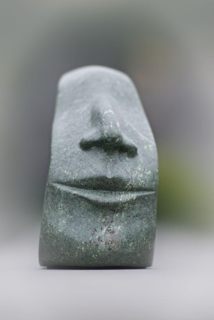 Boekensteun: karakteristiek detail van gezicht gemaakt van serpentijn door Marjen Blanken