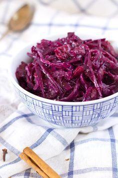 Ouderwetse Hollandse rode kool recept. Gewoon rode kool snijden en koken met smaakjes. Zo simpel is het. Azijn, suiker of gedroogde vruchten.