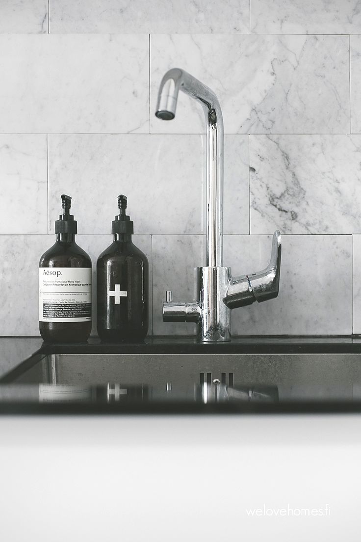 Kitchen sink with matching black glass tap landing and sliding cover - Keitti Mme Yksityiskohtia