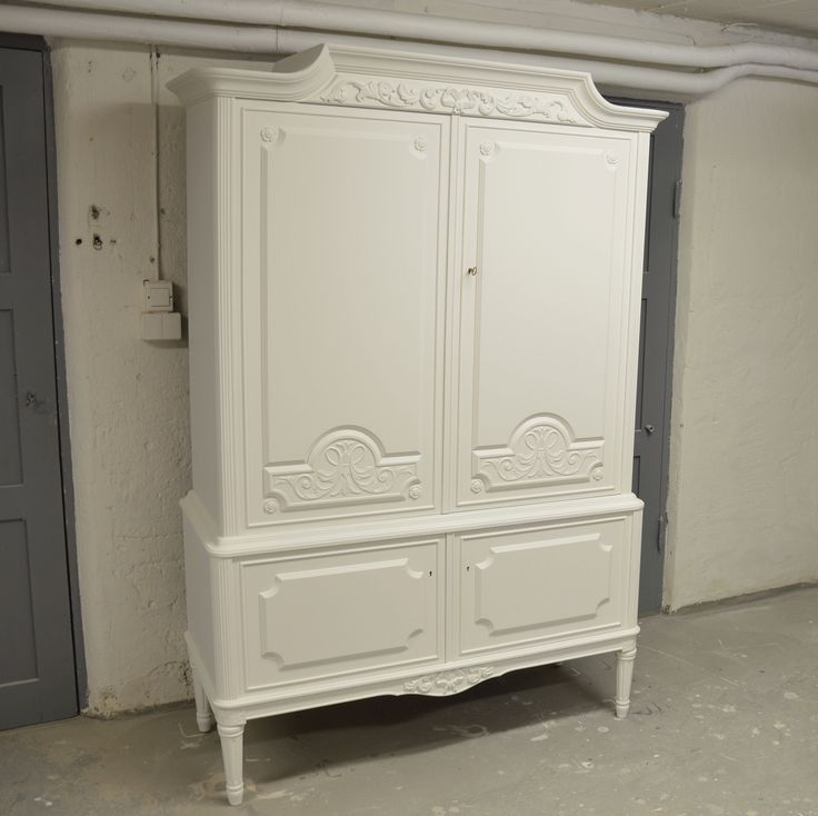 Sagolikt linneskåp i Gustaviansk stil