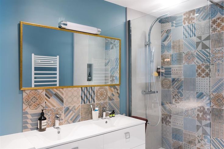 Bathroom with an italian shower and different tiles | Salle de bain avec une douche italienne et multi carrelage