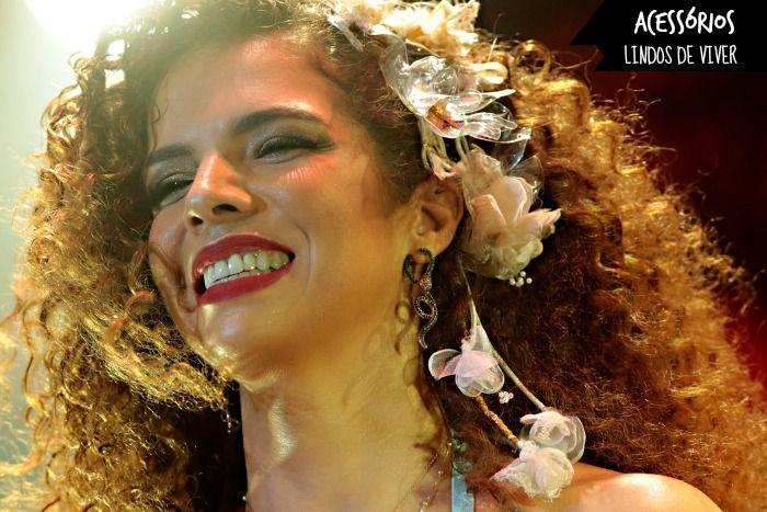 Cacheada Assumida: Vanessa da Mata e os inseparáveis acessórios para cabelo