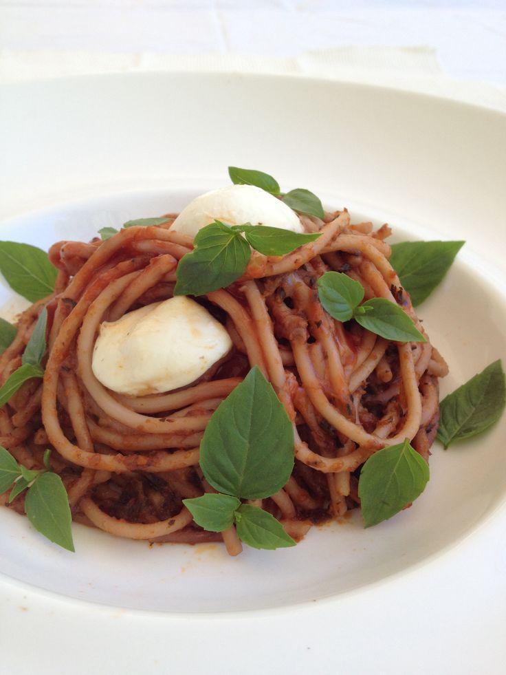 Aubergine, basil and mozzarella spaghetti so delicious!!!! http://www.instyle.gr/recipe/makaronia-melitzana-ke-vasiliko/