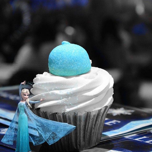 Η Έλσα εξαπολύει τα ξόρκια της και μας εύχεται καλη εβδομαδα! Παγώνει το cupcake της που εχει γεύση βανίλιας με κομμάτια Oreo και πραλίνα βουτύρου.