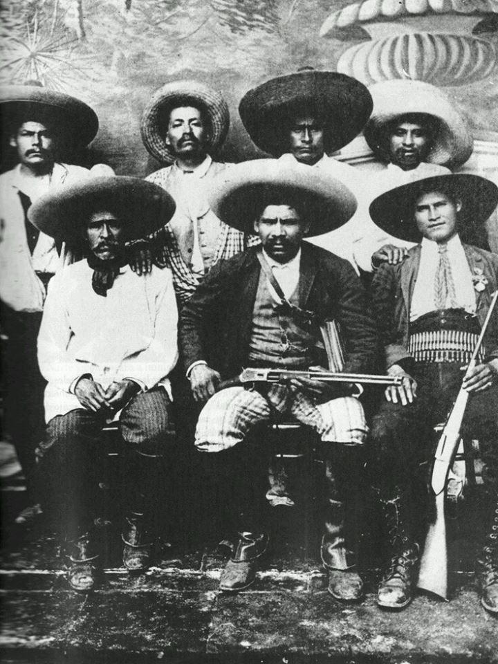 Refugio Sánchez (sentado en el centro) y los comandantes de su tropa. En la Revolución Mexicana 1910.