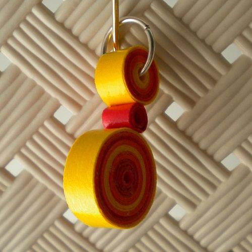 Ciondolo realizzato con i toni caldi del rosso, arancio e giallo, per indossare al collo un punto di colore in piu' al tuo look.